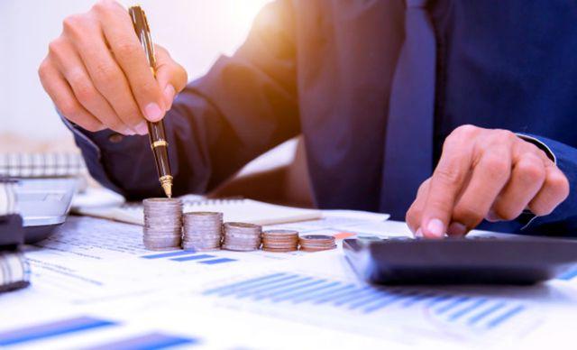 Мужчина анализирует кредитный отчет, чтобы сэкономить деньги