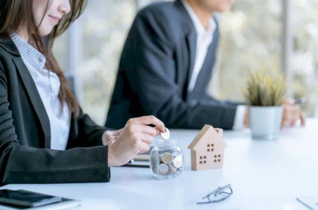 Девушка откладывает деньги на покупку дома