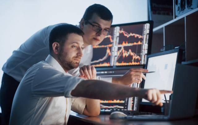 Команда трейдеров следит за изменением цен на акции