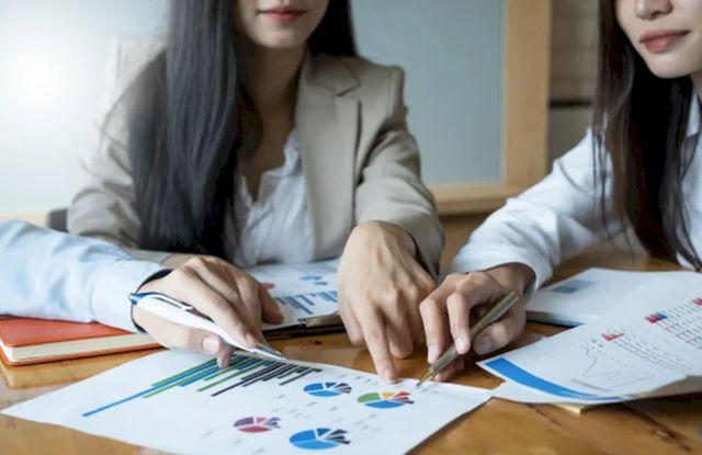 Две девушки ведут учёт доходов и расходов денег