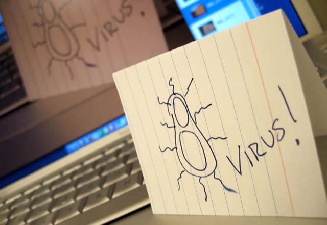 Предупреждение о вирусах на фоне компьютерной клавиатуры
