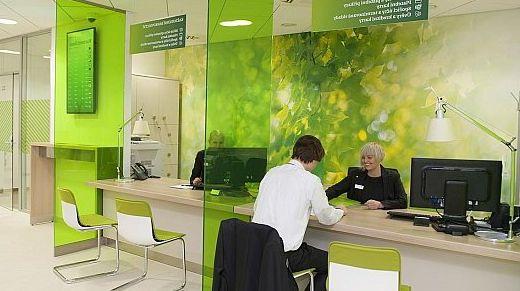 Клиент Сбербанка открывает счет для бизнеса в офисе Банка