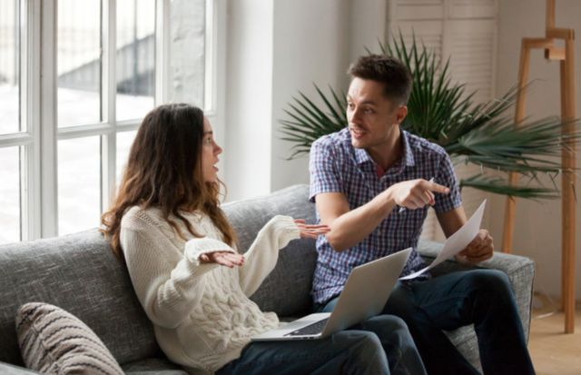 Молодая семья спорит о правильном использовании семейного бюджета