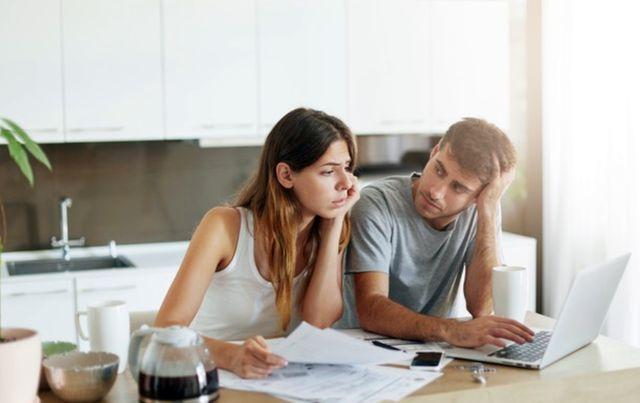 Семейная пара занимается планированием расходов на месяц